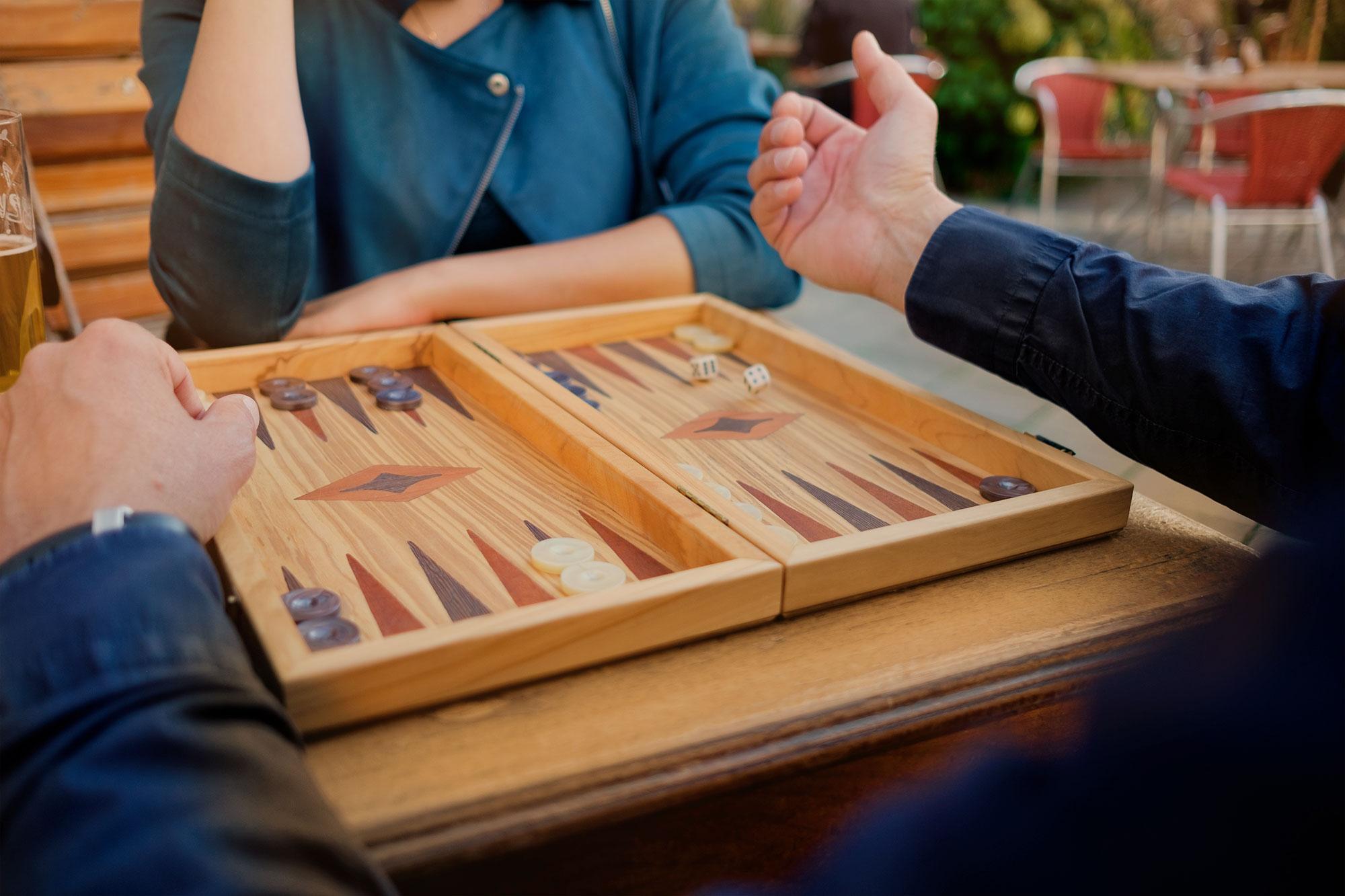 Mag. Thomas Plattner, Geschäftsführer von Austrotax. Backgammon spielend.